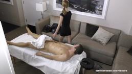Massagehoer Lola Hunter heeft geluk want haar klant heeft en gigantische lul