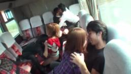 上品な美人お姉さん達がバスの中で男達の臭い勃起ちんぽを舐め上げる