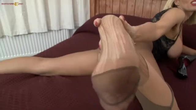 Download Gratis Video Nikita Blonde milf ripping off her nearly black tights / pantyhose / nylons