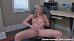 Canadian milf Velvet Skye creams her office chair