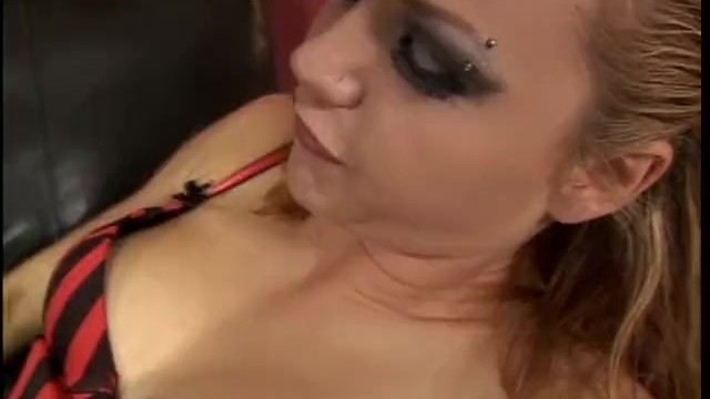 Streaming Gratis Video Nikita Mirzani Slutty blonde hussy uses a strap-on to drill her man's butthole