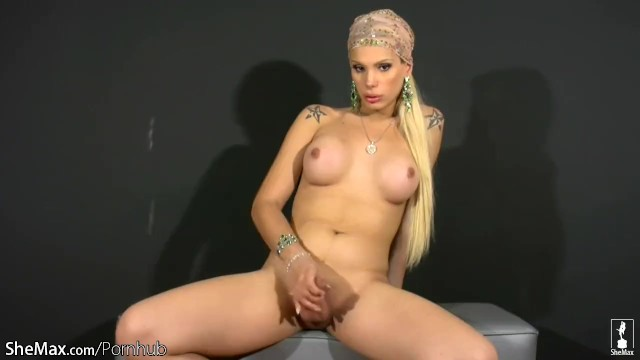 Streaming Gratis Video Nikita Mirzani Transsexual with long blonde hair plays with shaft and balls