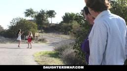 Rubia sorprendida mostrandose por webcam por el mejor amigo de su padre
