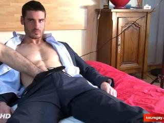 Paul, Handsome str8 banker at your service !