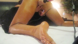 HOT AMATEUR LOVES HER FAT VIBRATING DILDO-FUCK MACHINE-FOOT LOVERS