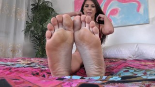 Olivia Lua Gets Off With Her Toy Pulsing shaved