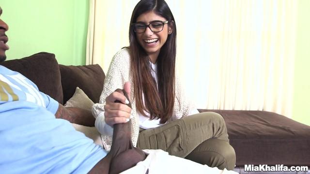 黒髪ロングのインド系美女が黒人のデカチンを恥ずかしがりながらフェラ