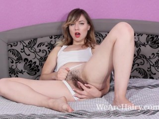 Yuliya does makeup and then masturbates in bed
