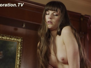 Yana likes to play with her pussy
