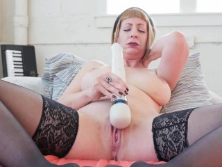 MILF Starlette Vibrates Her Cooshie