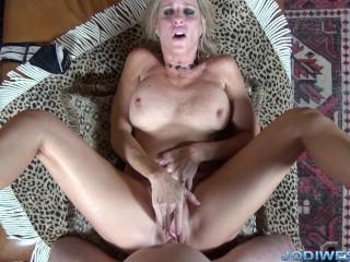 Jodi West stimulerar hennes son i jacuzzin - - Free Mamma Porn & Milf.