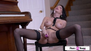 Jessica Goes Nude & Masturbates Her Pussy