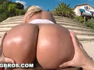 BANGBROS – Blondie Fesser Twerking Her Big Ass In Public (ap14366)