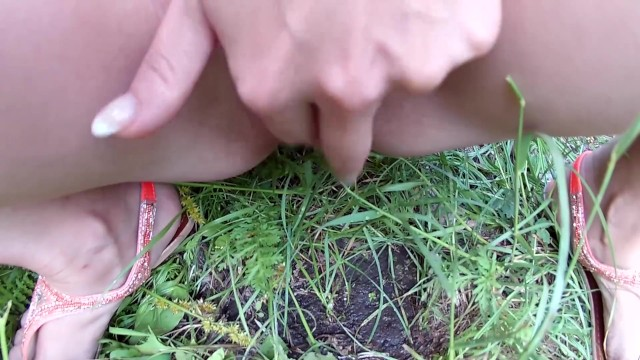 Streaming Gratis Video Nikita Hot wife pissing on the grass in the park (public pee)