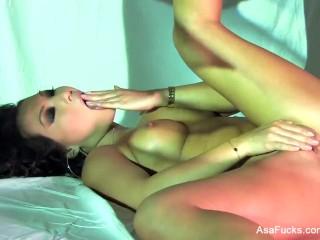 Pornstar legend Asa Akira masturbates in style