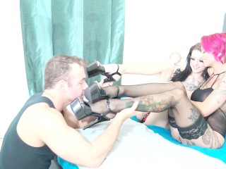Anna Bell Peaks Shows Off Pretty Feet With Step Daughter & Chad White