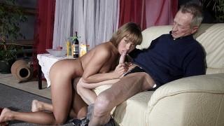 очень старый мужик трахает очень молодую девушку и кончает ей на язык