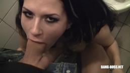 Schwanzgeile Julia bläst fickt schluckt und pisst in der Disco - BANG BOSS