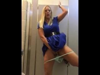 Brincadeira sexy com a buceta em banheiro público