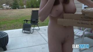 聊完成裸体公共敢于比萨饼送货凸轮女孩现场展示