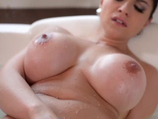 Big Titty luxury Escort Marta LaCroft Masturbates in a Hot Tub