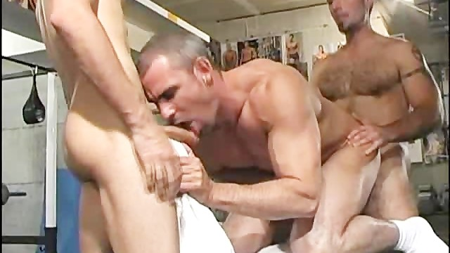 Cam free gay site Awesome threesome at the gym
