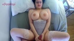Plantureuse bimbo montre ses énormes seins pendant qu'elle se fait baiser