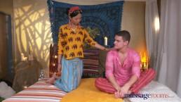 Massage Rooms - Lekkere Thaise masseuse krijgt een harde pik in haar gepiercte kutje