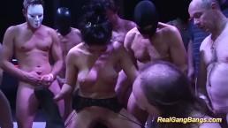 Süße Salma de Nora in echter Gangbang Orgie