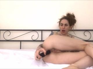 ragazza si masturba il culetto con delle palle vibranti