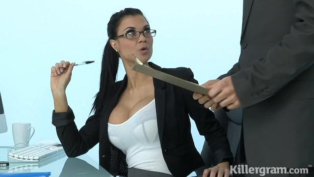 Heiße Sekretärin mit Brille fickt einen Sicherheitsmann in einem Büro