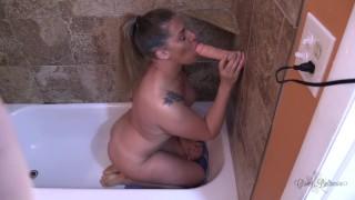 PAWG强烈的假阳具口交和他妈的淋浴
