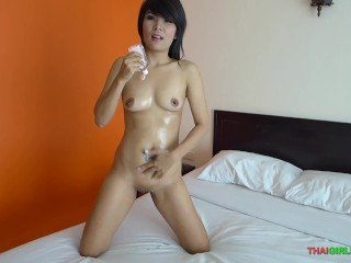 Sexy oil show with slippery pussy before sucking a hard cock