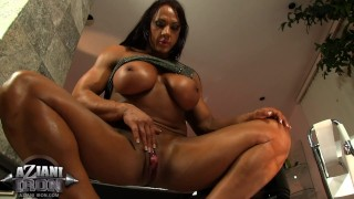 MUSCLE BABE PUMPS HER HUGE CLIT