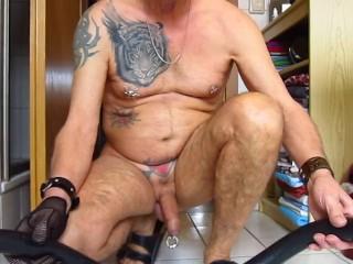 Er schiebt sich einen 100 cm langen Dildo ganz in den Arsch..!!!