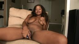 Grote oude kont ebony slet masturbeert met dildo