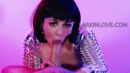 Larkin Love sperma slikken pijpbeurt lange tong en deepthroat orale cumshot