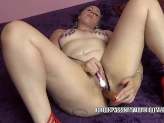 Curvy MILF Selena Sky is masturbating with a pair of toys