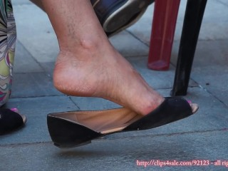 Candid milf dangling flat with sexy feet