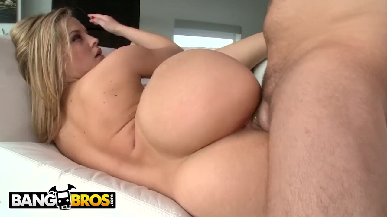 Hermosa rubia con buen culo grande Alexis Texas folla en blanco sofá