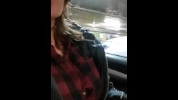 Jeune brune montre ses seins piercés dans un parking souterrain