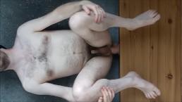 Enculage douloureux mec hétéro qui geint au sol, gode (presque) trop gros