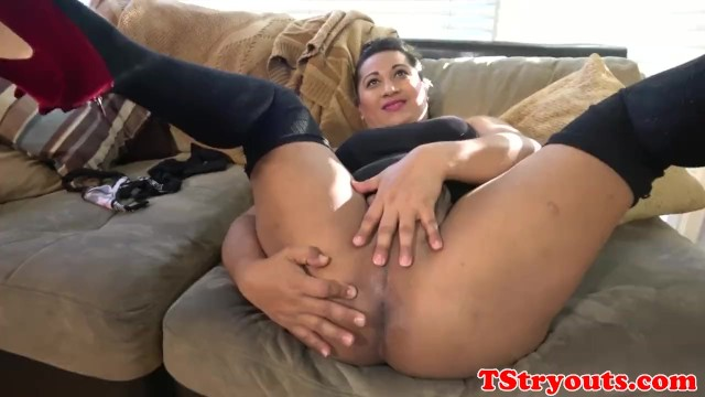 Casting trans amateur plays with her asshole