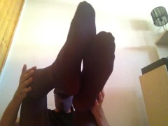 YOUNG GUY PLAYNG WITH FEET IN PURPLE TIGHTS / PANTYHOSE