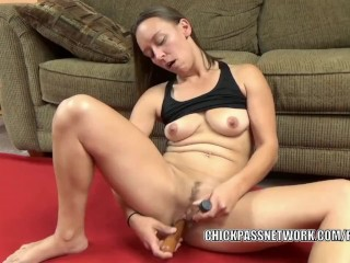 Horny MILF Nicci Taylor fucks her twat with a pair of toys