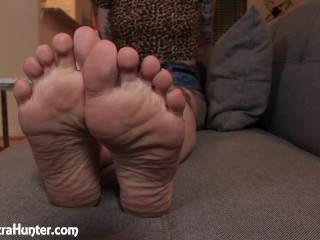 Ignored by sexy bare feet and wrinkled soles