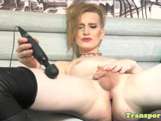 blondi transseksuaali käyttää vibrator on kukko