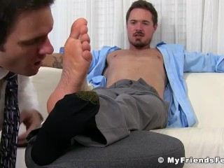 Muscular office stud gets his sexy toes properly sucked