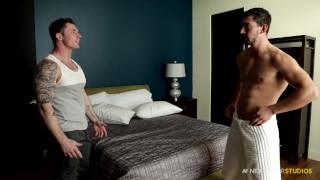 De två muskulösa killarna önskar varandra