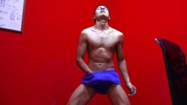 Chico Colombiano baila Caliente y sensual